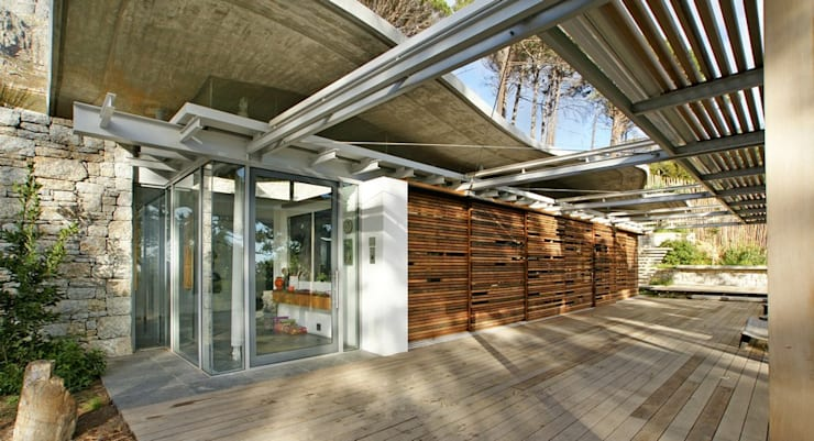 Covered Patio:  Patios by Van der Merwe Miszewski Architects