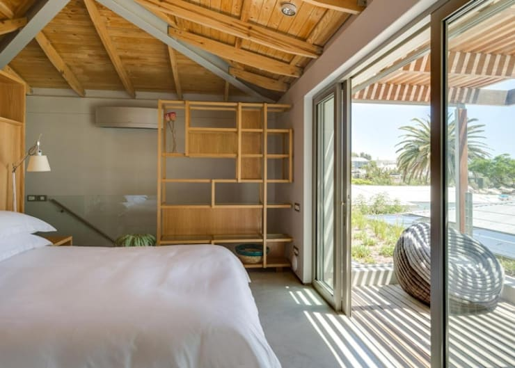 Main Bedroom & Deck:  Bedroom by Van der Merwe Miszewski Architects, Modern Wood Wood effect