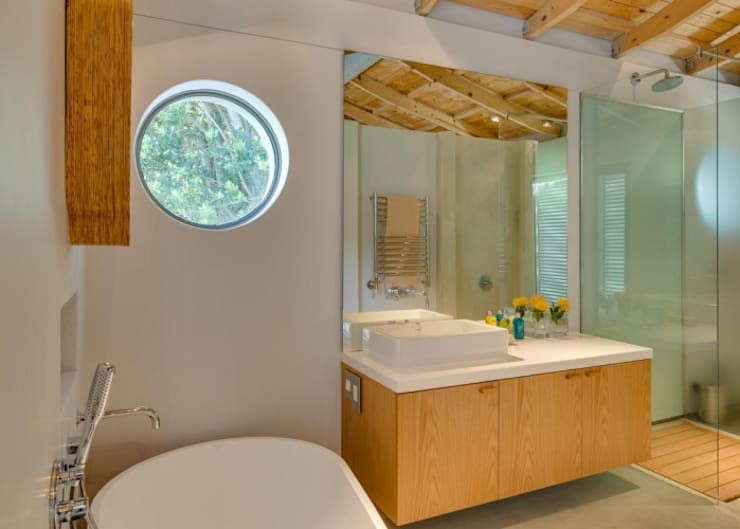 Main En-Suite Bathroom:  Bathroom by Van der Merwe Miszewski Architects, Modern Wood Wood effect