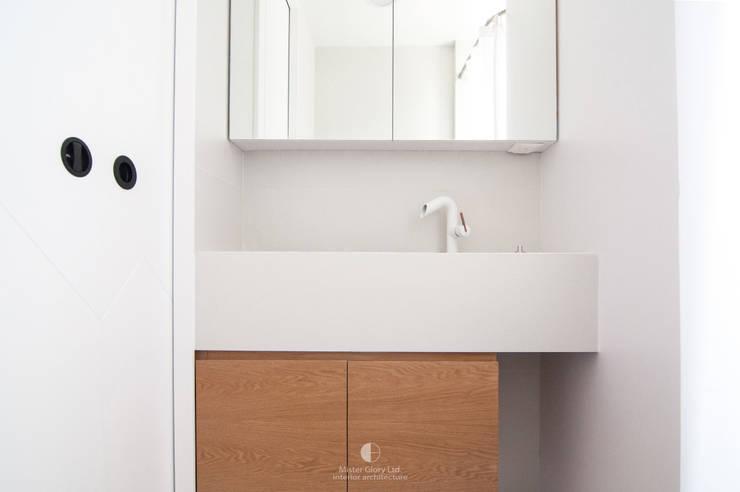 7:  Bathroom by Mister Glory Ltd, Modern
