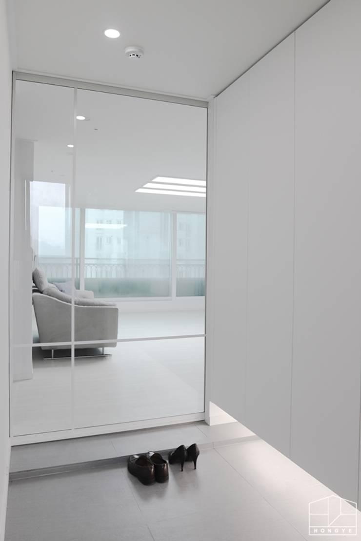 고급스럽고 모던한 신혼집, 잠실 리센츠아파트 33평: 홍예디자인의  복도 & 현관,