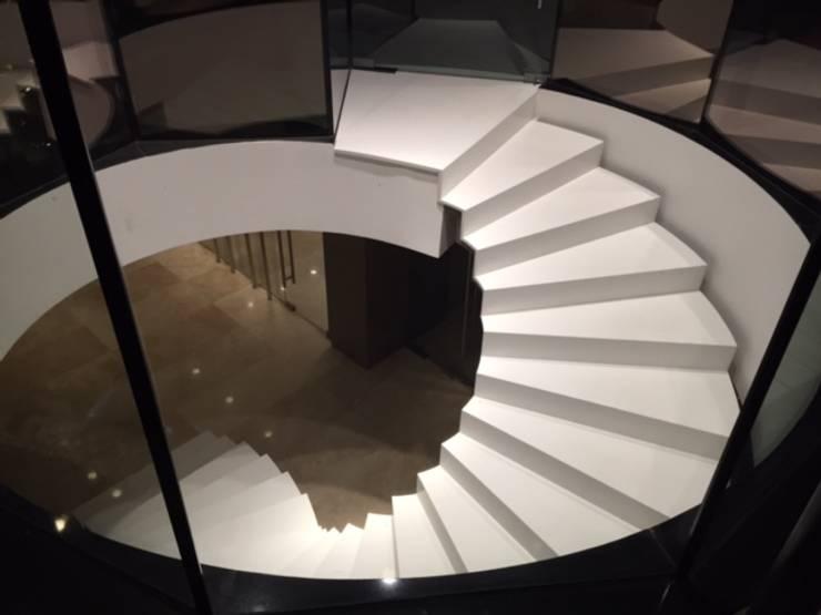 vista nocturna escala: Casas de estilo  por MAC SPA