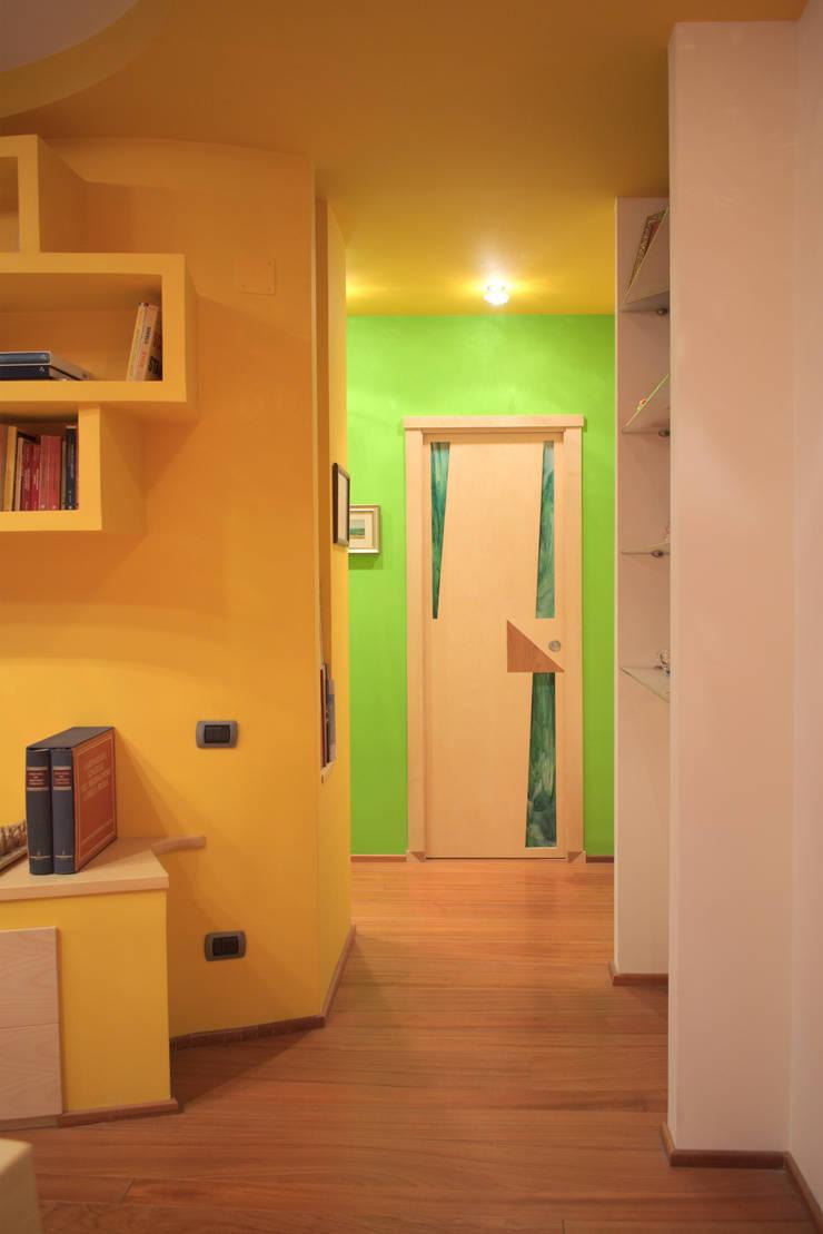 現代風玄關、走廊與階梯 根據 Studio di Architettura e Design Giovanni Scopece 現代風