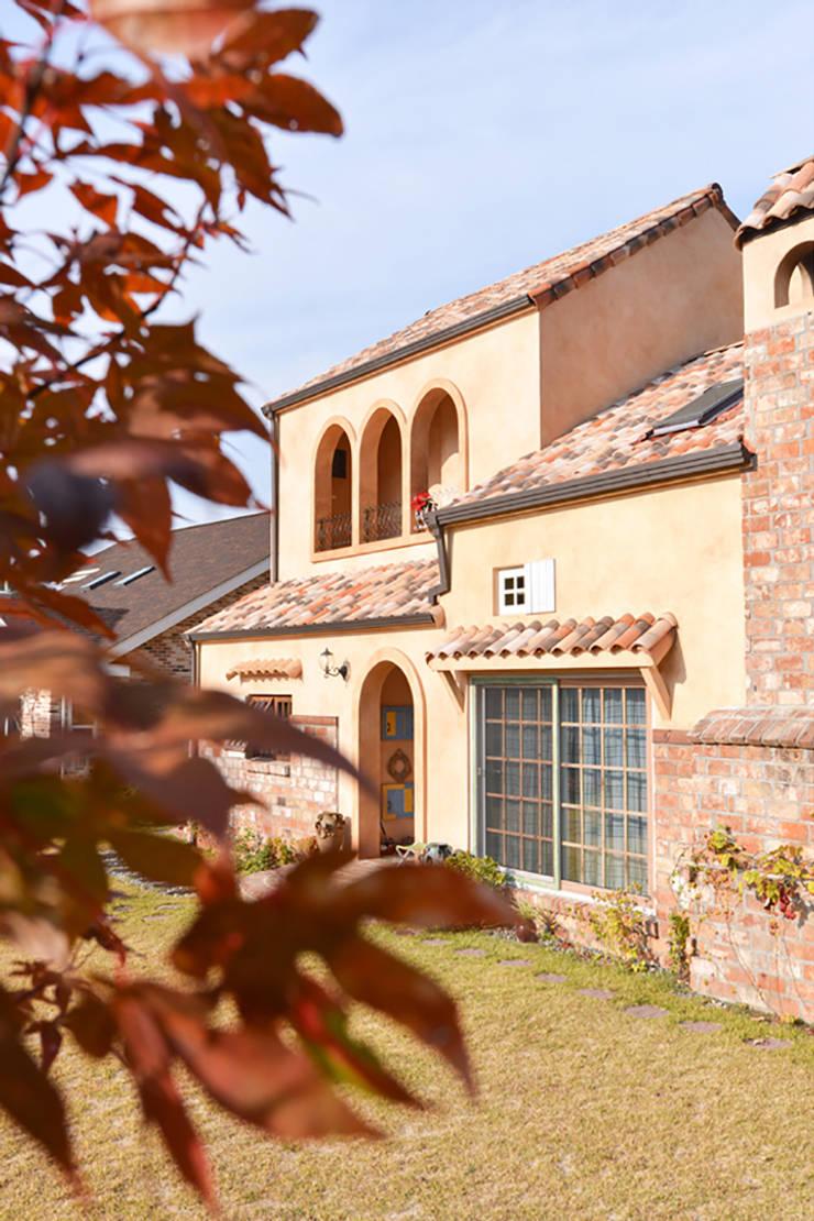 박공지붕과 프랑스 테릴 변색기와: (주)메이드의  목조 주택