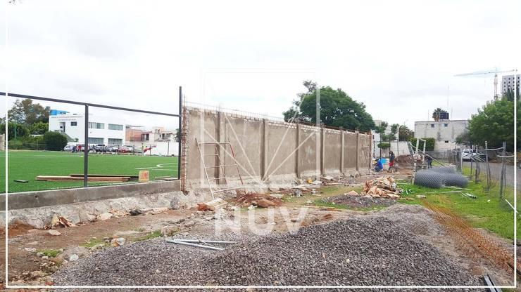 Parques / Campo de fútbol:  de estilo  por NUV Arquitectura