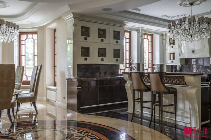 Умное  решение для трехэтажного коттеджа площадью 600 кв.м с комнатой для персонала, бассейном и гаражом, располагающимися в пристройке к дому.: Кухни в . Автор – Art-In