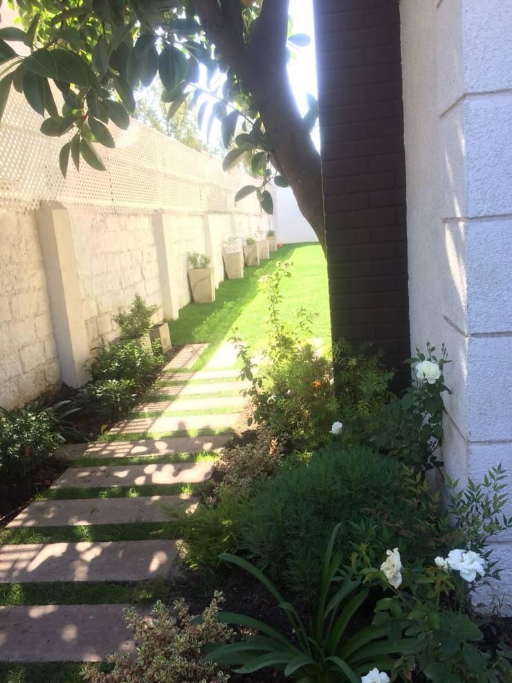 Acceso casa Providencia : Jardines de estilo  por Bächler Paisajismo