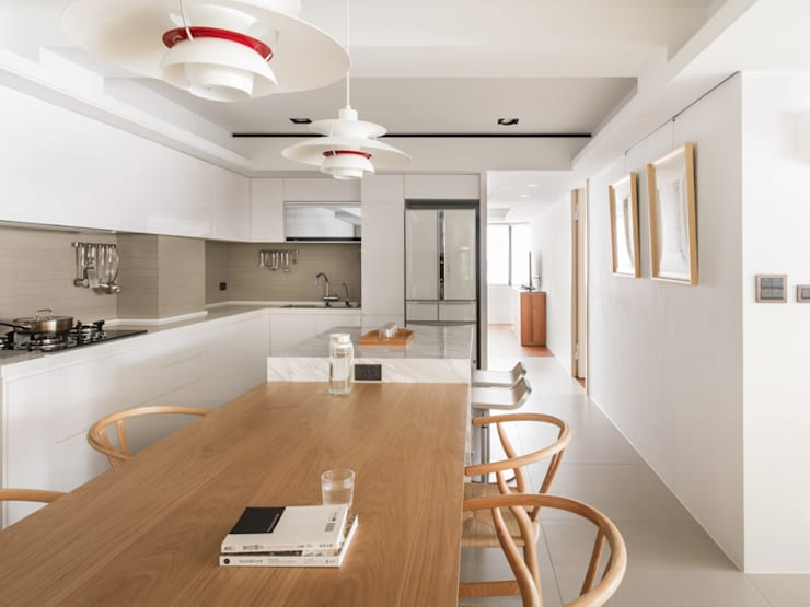 Dining Room and Kitchen:  Ruang Makan by March Atelier