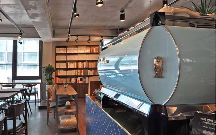 Cafe PASTEL BLUE: (주)스튜디오360플랜 의  벽,