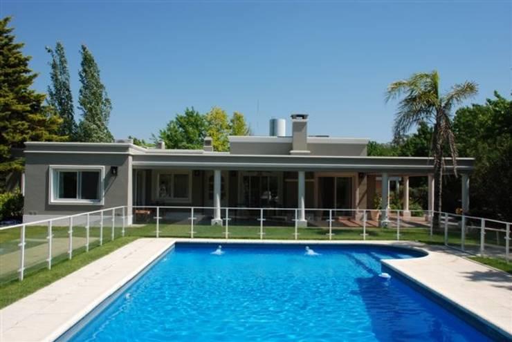 Viviendas en Pilar: Casas unifamiliares de estilo  por Estudio Mandirola,