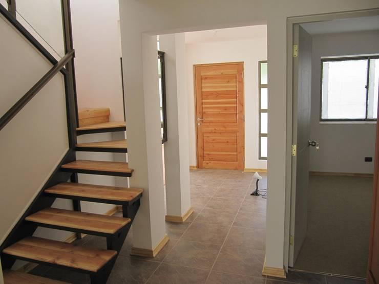 Casa Retiro: Escaleras de estilo  por Lau Arquitectos