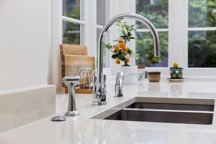 Stylish Sink: modern Kitchen by Resi