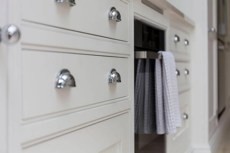 Modern Kitchen Cabinets: modern Kitchen by Resi
