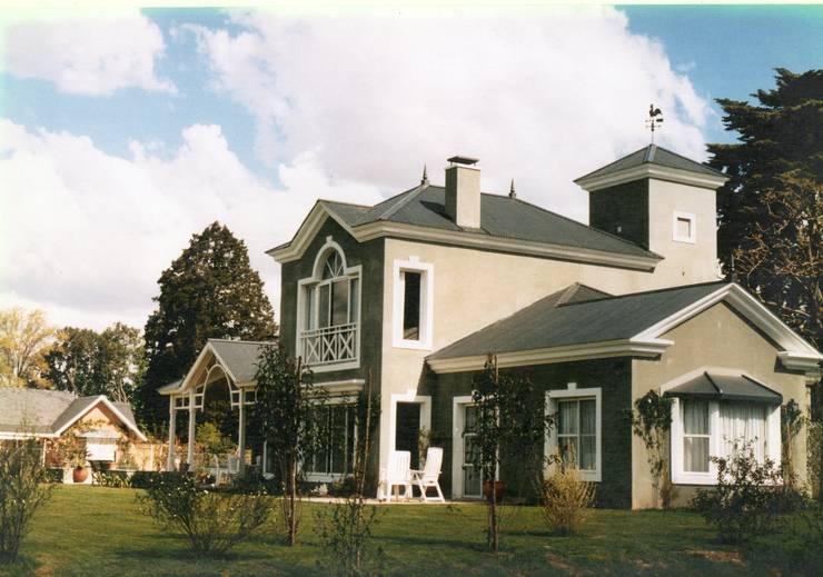 Casa Clásica en Martindale Club de Campo: Casas unifamiliares de estilo  por Estudio Dillon Terzaghi Arquitectura