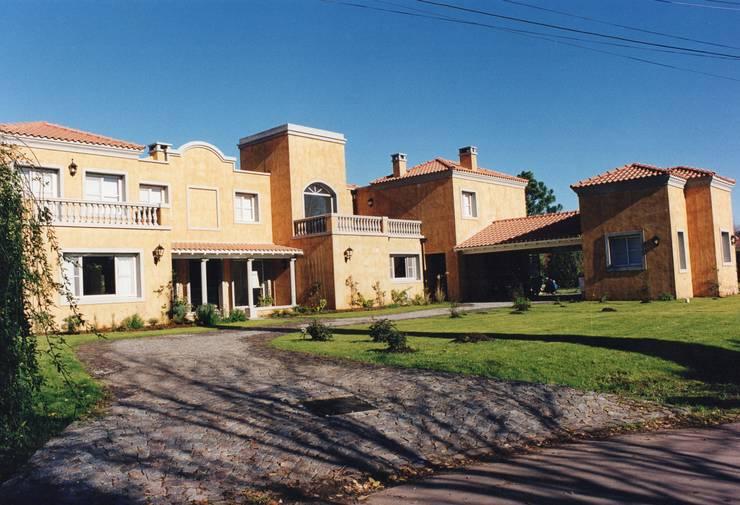 Casa estilo mediterraneo en Highland Club de Campo: Casas unifamiliares de estilo  por Estudio Dillon Terzaghi Arquitectura