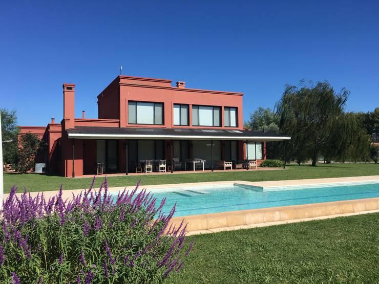 Casa de campo moderna en Haras San Pablo C.C.: Casas unifamiliares de estilo  por Estudio Dillon Terzaghi Arquitectura