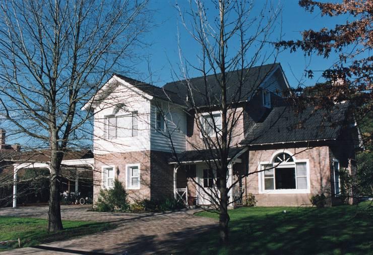 Casa clásica americana en Tortugas C.C.: Casas unifamiliares de estilo  por Estudio Dillon Terzaghi Arquitectura