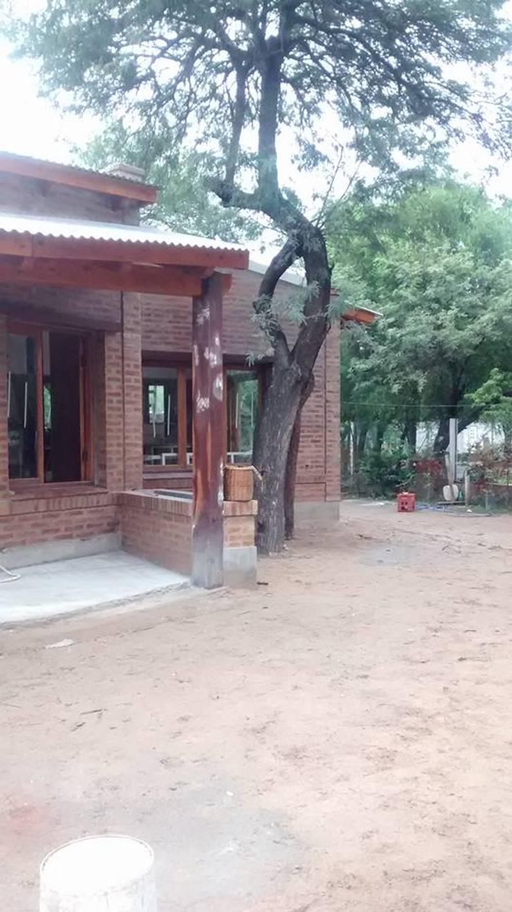 Diseño y Construcción de Casa Celmira en Santiago del Estero por A3 Arquitectas: Casas de estilo  por A3 arquitectas