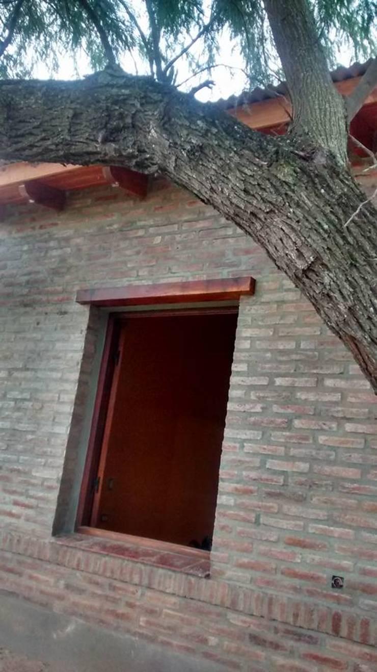 Diseño y Construcción de Casa Celmira en Santiago del Estero por A3 Arquitectas: Ventanas de estilo  por A3 arquitectas