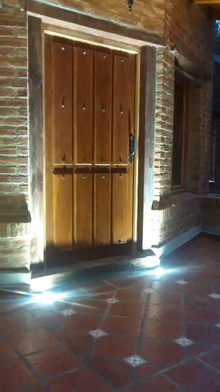 Diseño y Construcción de Casa Celmira en Santiago del Estero por A3 Arquitectas: Puertas de estilo  por A3 arquitectas