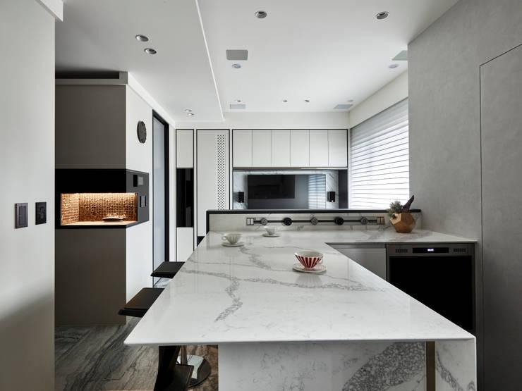 黑白灰:  餐廳 by 耀昀創意設計有限公司/Alfonso Ideas