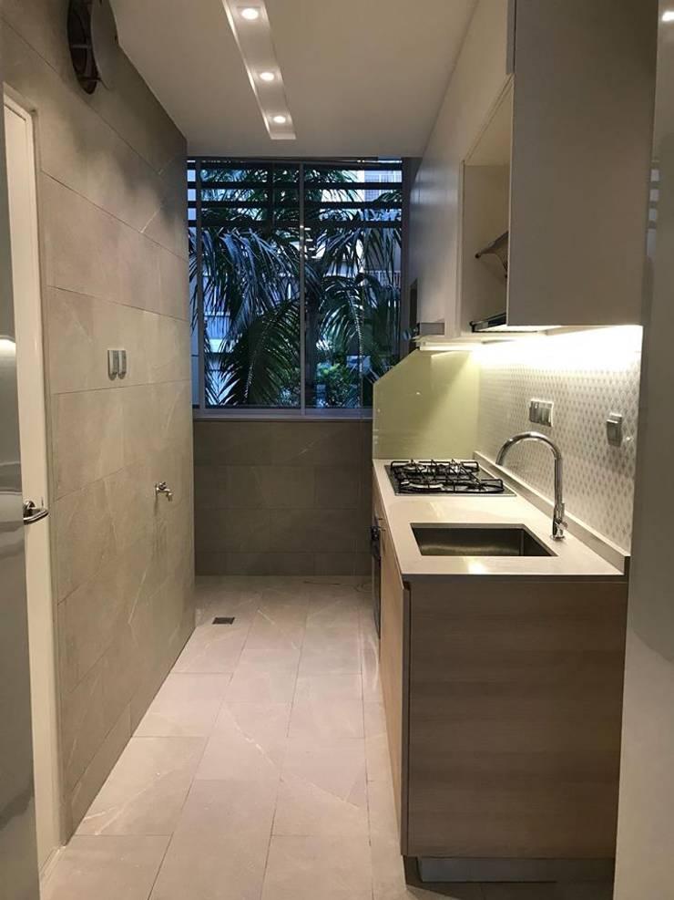 MONOCHROMATIC MINIMALIST THEME:  Kitchen by Singapore Carpentry Interior Design Pte Ltd