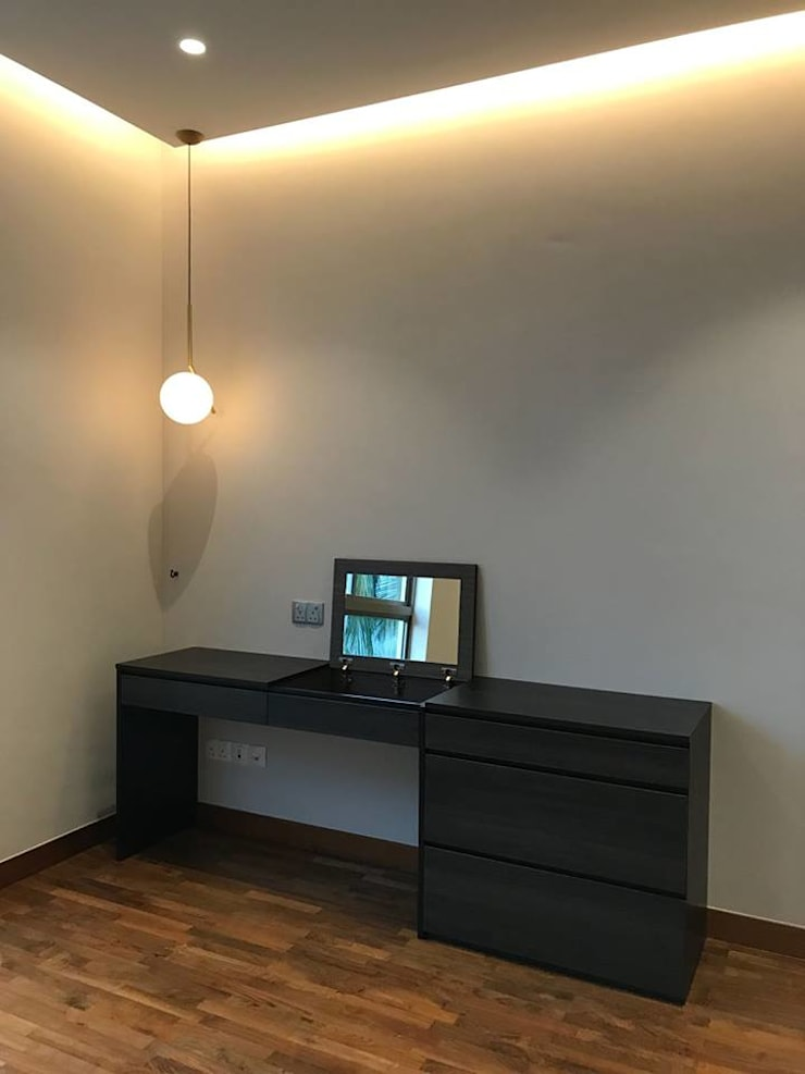MONOCHROMATIC MINIMALIST THEME:  Bedroom by Singapore Carpentry Interior Design Pte Ltd
