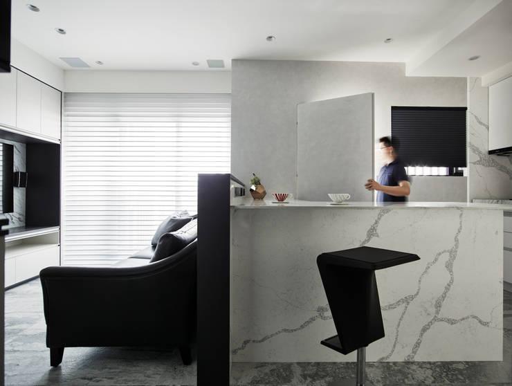 單身女子公寓 原礦 Calibration:  走廊 & 玄關 by 耀昀創意設計有限公司/Alfonso Ideas