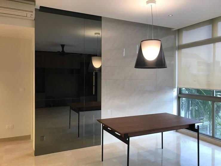 MONOCHROMATIC MINIMALIST THEME:  Living room by Singapore Carpentry Interior Design Pte Ltd
