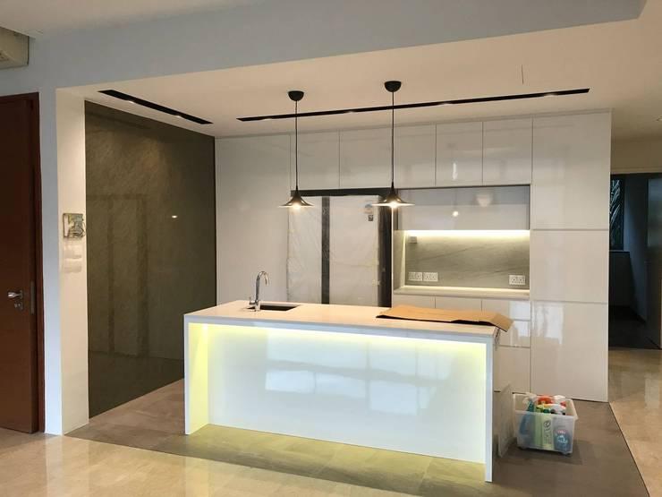 MONOCHROMATIC MINIMALIST THEME:  Dining room by Singapore Carpentry Interior Design Pte Ltd