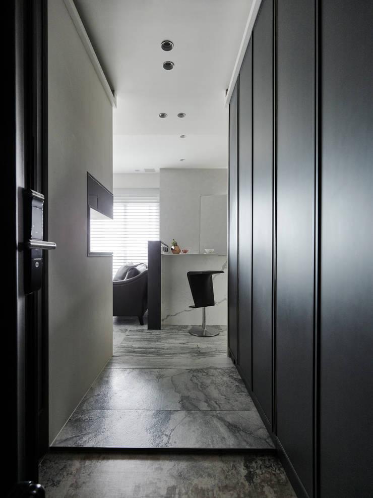 細膩的味道:  走廊 & 玄關 by 耀昀創意設計有限公司/Alfonso Ideas