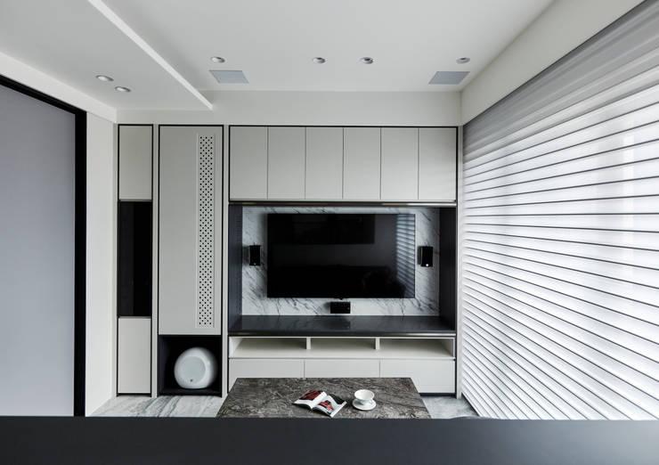 慵:  客廳 by 耀昀創意設計有限公司/Alfonso Ideas