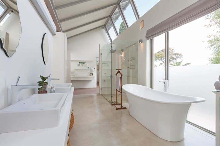 Free Standing Bath & Natural Light:  Bathroom by Van der Merwe Miszewski Architects