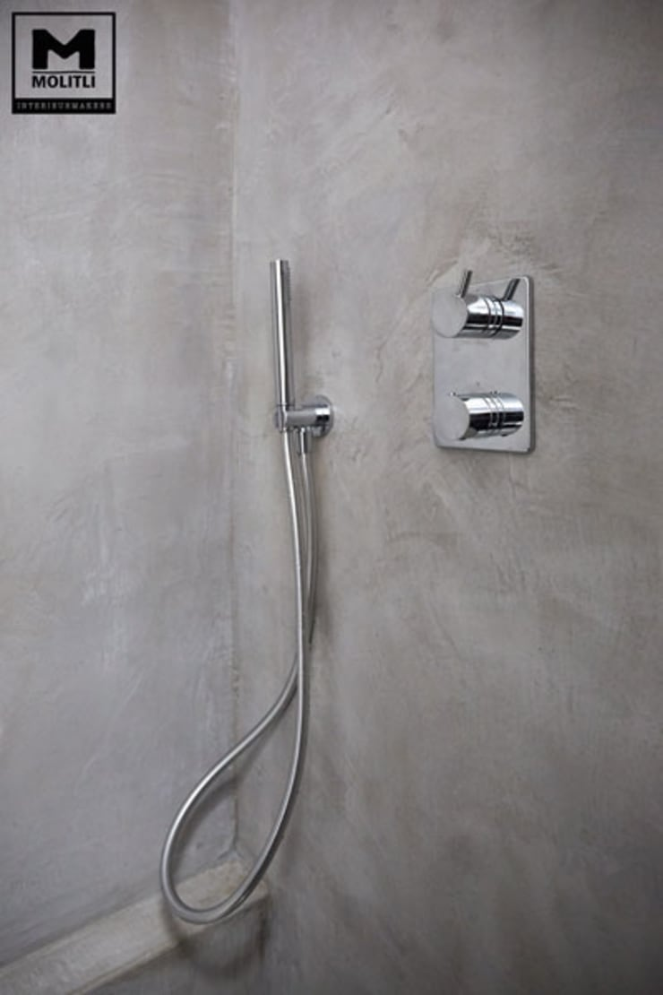 Betonstuc badkamer met verzonken bad:  Badkamer door Molitli Interieurmakers