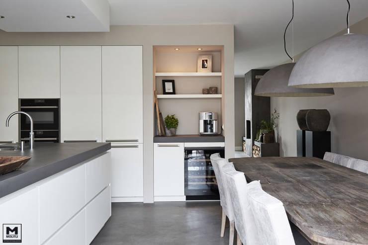 Restyling woning: Woonkamer, badkamer, keuken:  Keuken door Molitli Interieurmakers, Scandinavisch