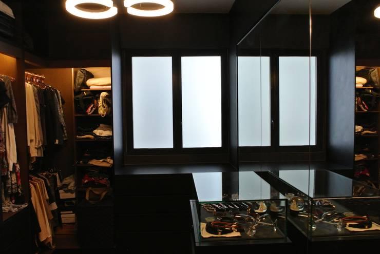 Walk in closet:   by FINE ART LIVING PTE LTD