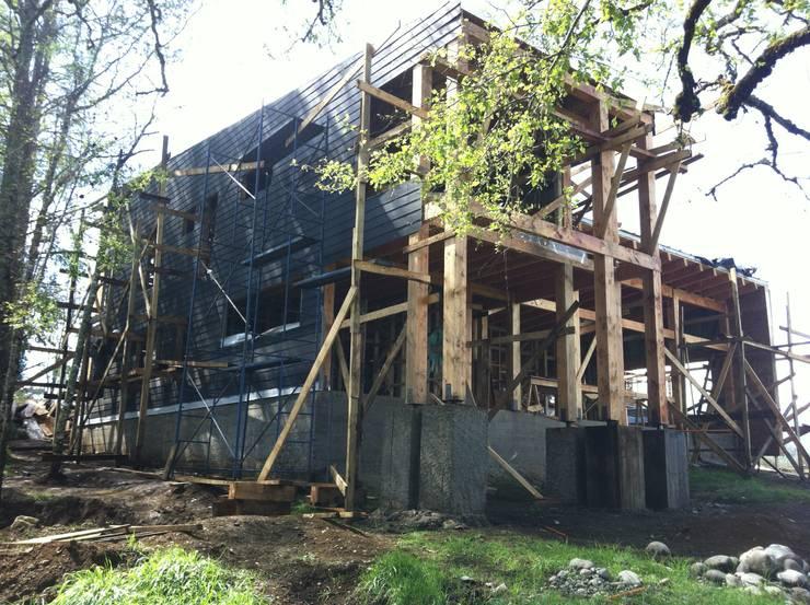 Construccion. Fachada Lago: Casas de estilo  por KOMMER ARQUITECTOS