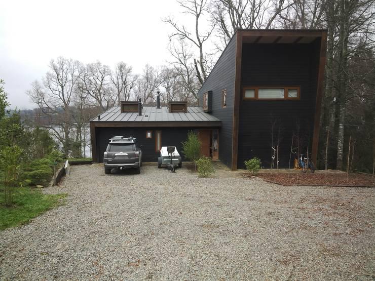 Vista acceso: Casas de estilo  por KOMMER ARQUITECTOS