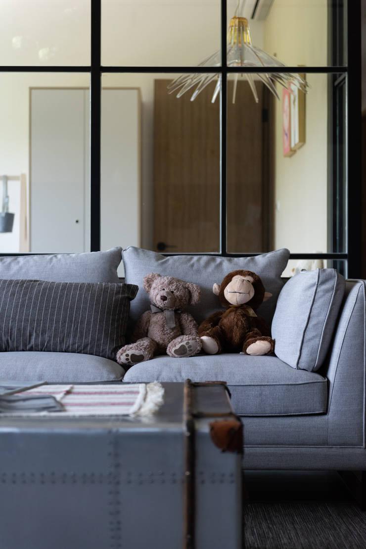 客廳/沙發:  客廳 by 果仁室內裝修設計有限公司