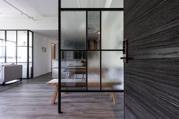 玄關:  走廊 & 玄關 by 果仁室內裝修設計有限公司