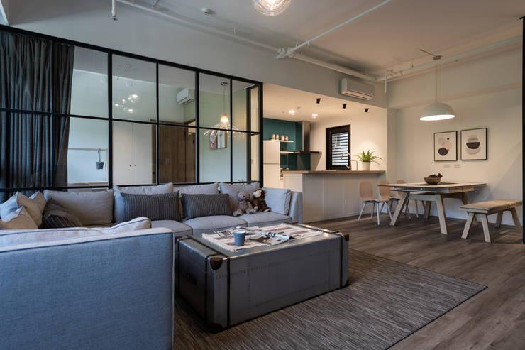 客廳/吧檯:  客廳 by 果仁室內裝修設計有限公司