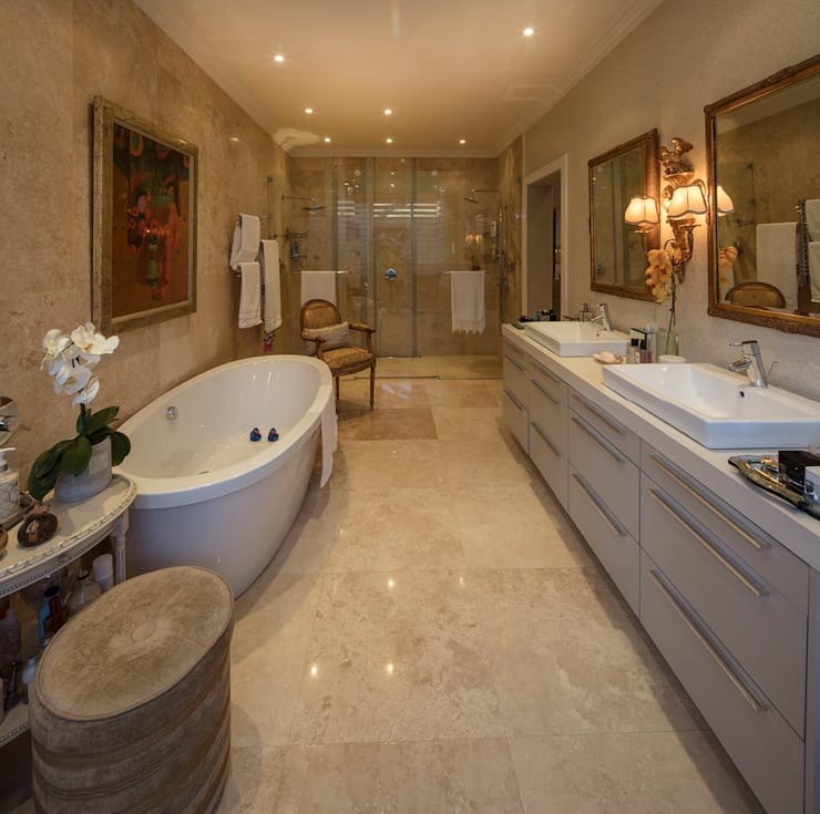 House Parkwood:  Bathroom by Spegash Interiors