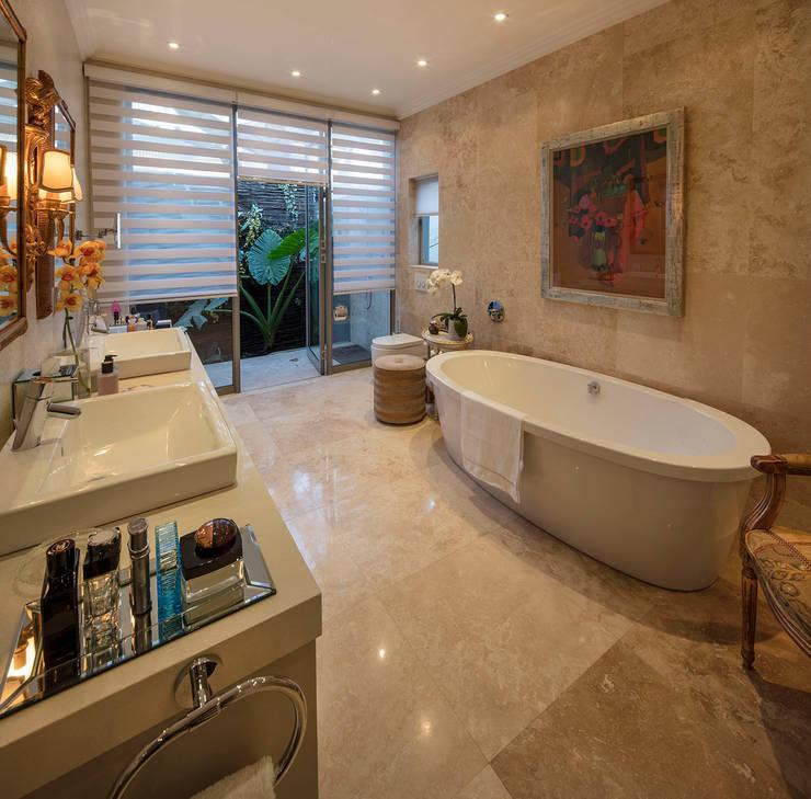 House Parkwood:  Bathroom by Spegash Interiors