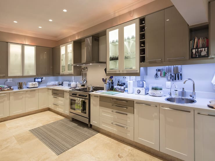 House Parkwood:  Kitchen by Spegash Interiors
