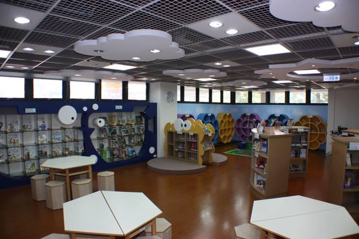 大量生態性造型的書櫃:  學校 by 台中室內建築師|利程室內外裝飾 LICHENG