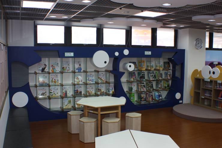 魚兒造型的玻璃書櫃:  學校 by 台中室內建築師|利程室內外裝飾 LICHENG