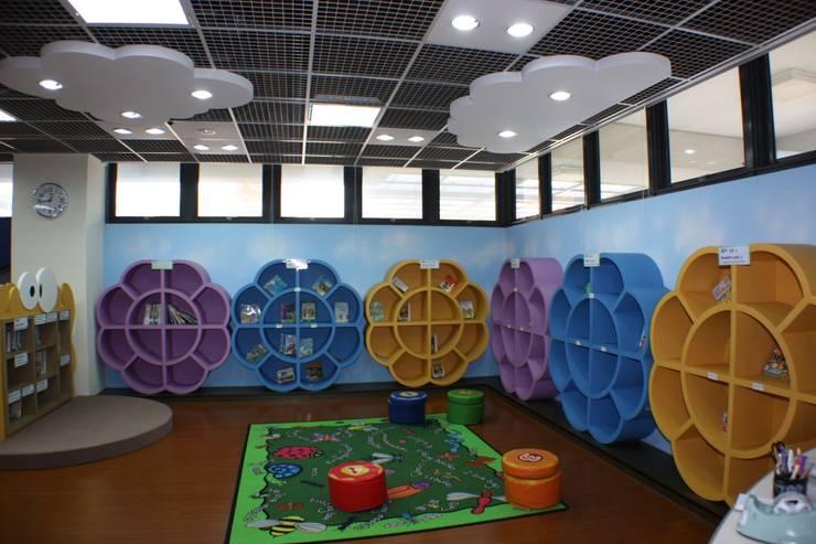 花朵造型的書櫃並設有遊戲空間:  學校 by 台中室內建築師|利程室內外裝飾 LICHENG
