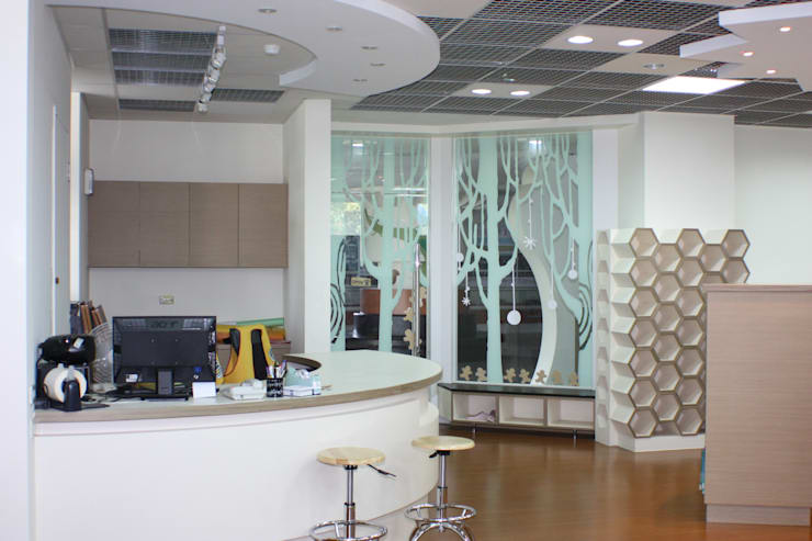 圖書館櫃台與蜂巢造型的置物櫃:  學校 by 台中室內建築師|利程室內外裝飾 LICHENG