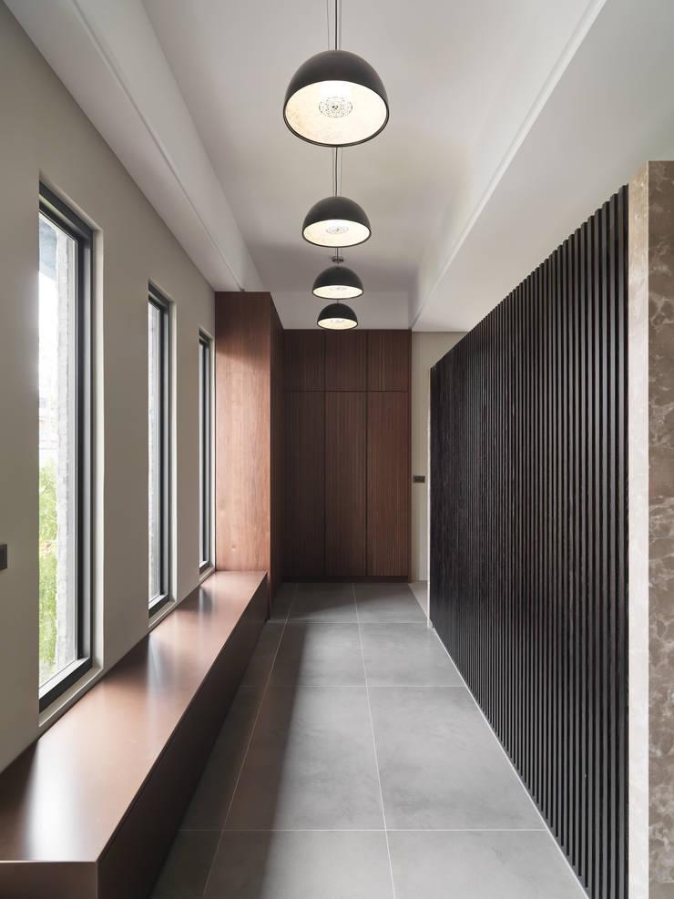 光景 巫宅:  走廊 & 玄關 by WID建築室內設計事務所 Architecture & Interior Design