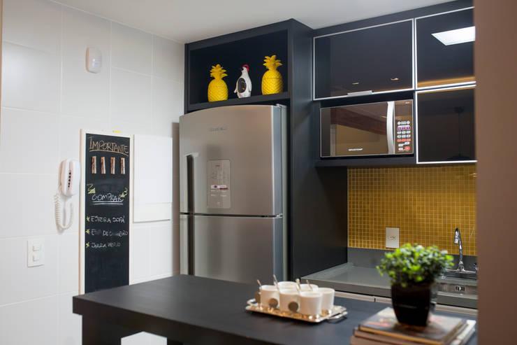 Cozinha– Novo Higienópolis II: Armários e bancadas de cozinha  por INOVA Arquitetura